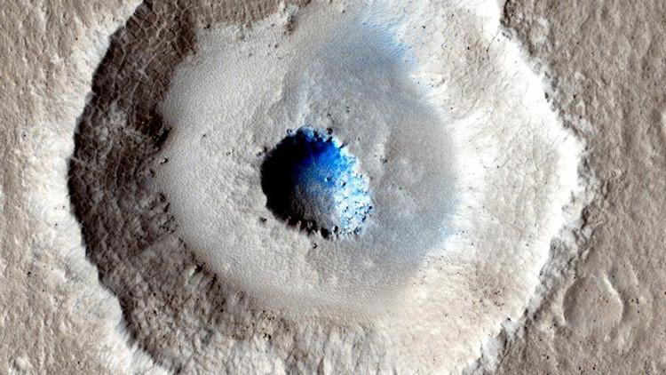 Cráter con hielo en Marte.