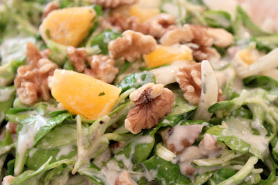 Walnuss-Feldsalat mit Sojajoghurt-Dressing