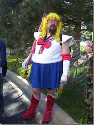 Cosplay de hombre disfrazado de Sailor Moon