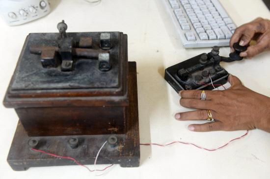 Seorang kakitangan pusat khidmat telegram menunjukkan cara menggunakan mesin telegram di Mumbai semalam.