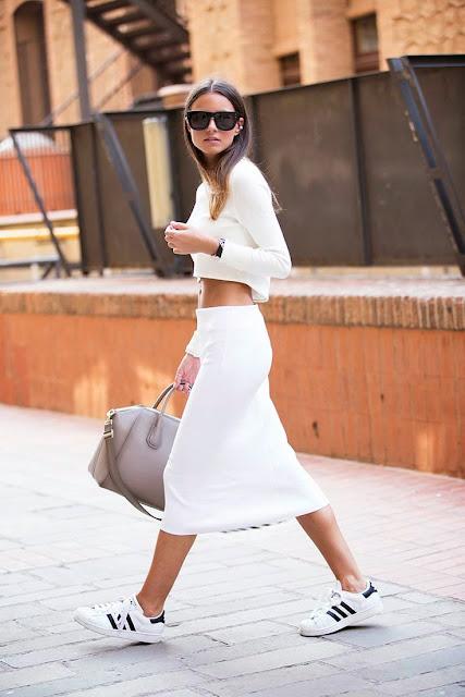 Looks estilo minimalista e descontraído, saia e sweatshirt e tenjs
