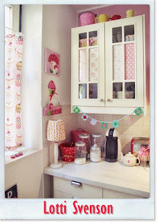 lotti svenson tilda papier in lottis k chenschrank. Black Bedroom Furniture Sets. Home Design Ideas