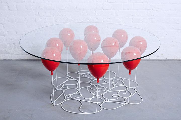 Lúdica mesa de centro crea la ilusión de que es sostenido por globos