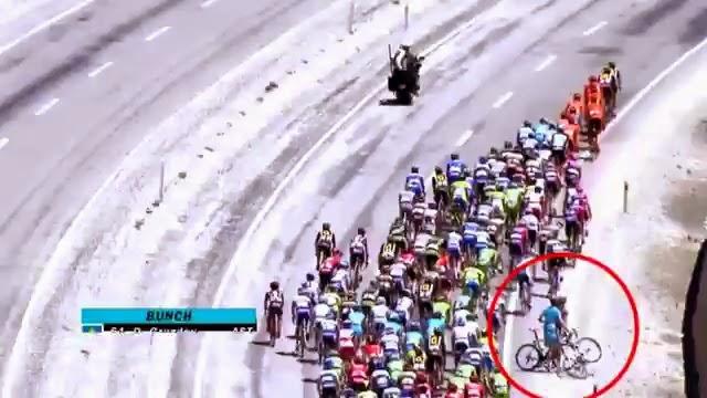 Le cycliste Dmitriy Gruzde s'arrête pour mettre une droite à Eugert Zupa au Tour de Turquie