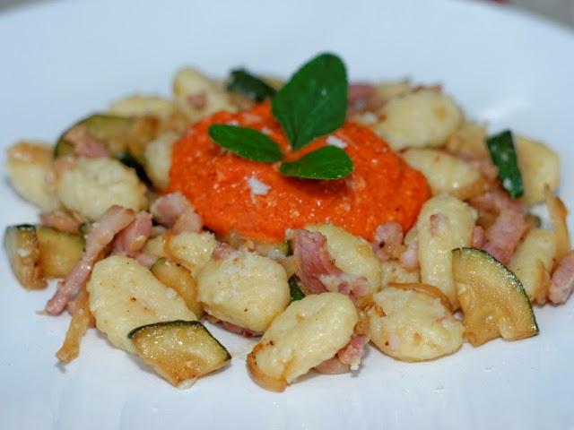 Gnocchi à la carbonara de courgettes, crème de poivrons