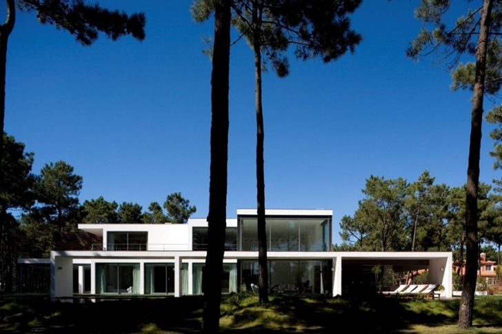Facade of Modern lake house by Frederico Valsassina Architects