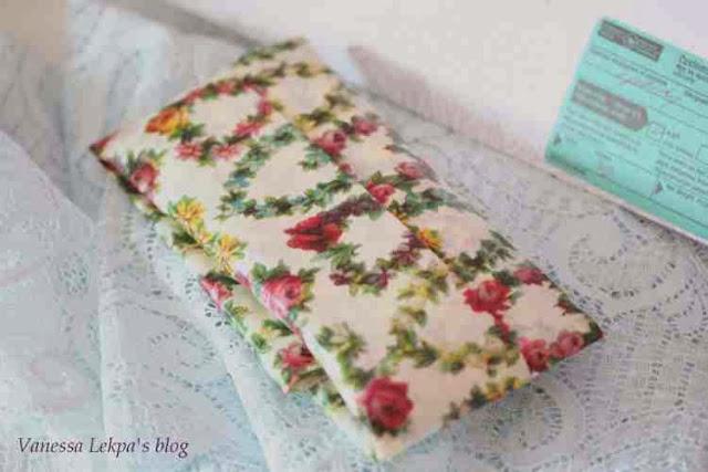 cadeau de lingerie par la poste emballé dans un papier de soie vintage shabby chic et fleuri esprit liberty anglais