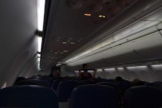 udah di dalam pesawat lagi, perhatiin tuh pramugari Lion sedang demo announcement