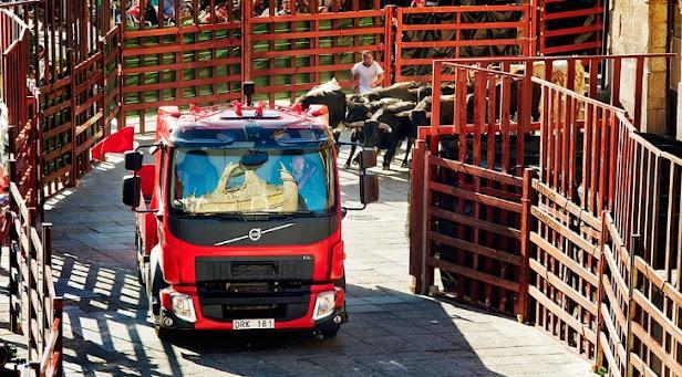 Volvo Truck en encierro con toros en Ciudad Rodrigo