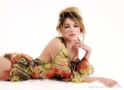 American actress and singer Haley Bennett Wallpaper