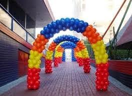 foto de um arco com balões