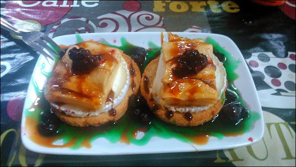 Tosta de rulo de cabra con tarta de manzana, frutos del bosque, sirope de fresa y menta en Bar Cafetería M2 Entredos Moratalaz