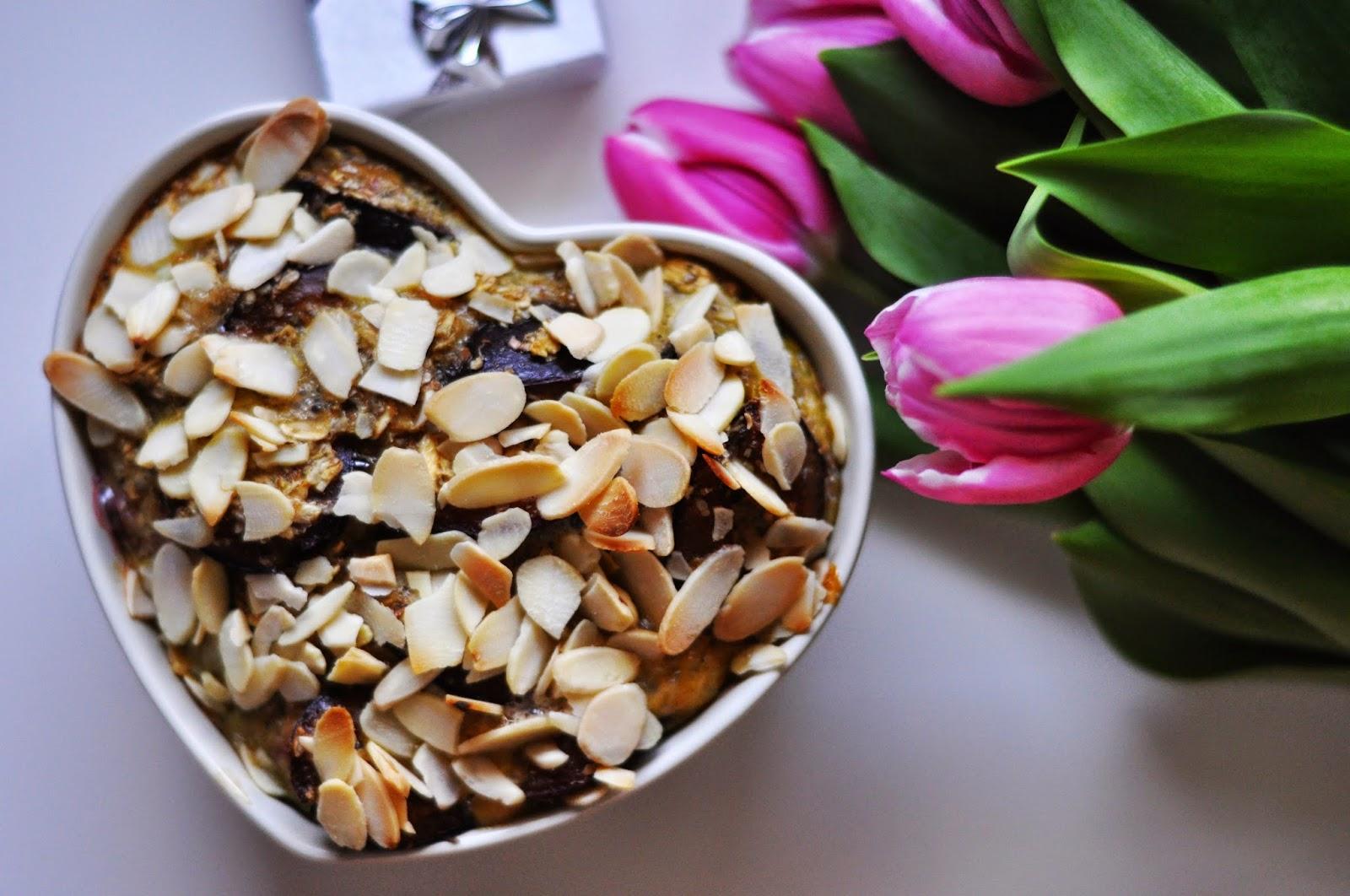 Pieczona owsianka ze śliwkami i płatkami migdałowymi - śniadanie kwietnia!