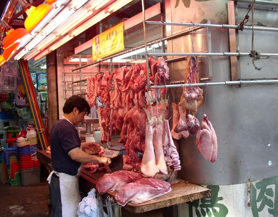 Corazones, pulmones, intestinos, costillares y músculos de cerdos. Carnicería en Manila, Filipinas.