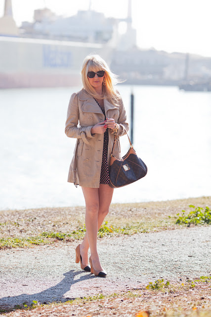 Dale+Steliga+ Savvy+Spice+fashion+blog,+Juicy+Couture+trench+coat,+navy+red+and+white+dress,+Zara+heels