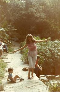 Loly Señaris Calviño, con sus dos hijos, en 1982