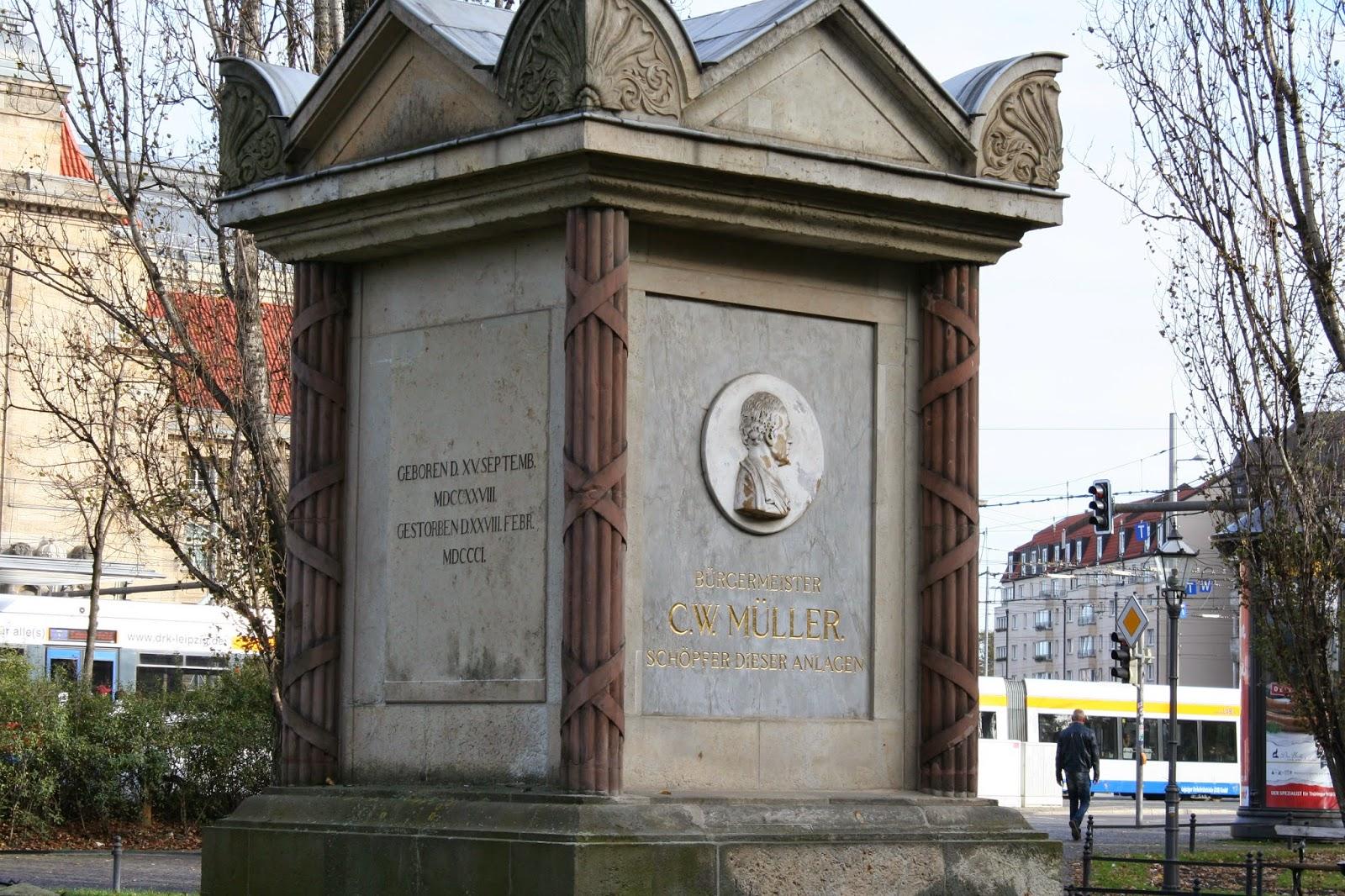 Das Denkmal wurde 1819 zu Ehren des Bürgermeisters C. W. Müller in den Promenadenanlagen erbaut