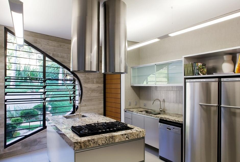 a-cozinha-reune-a-modernidade-do-aco-escovado-dos-eletrodomesticos-e-a-nobreza-do-marmore-contido-em-relacao-aos-demais-comodas-da-casa-valinhos-o-espaco-ganha-destaque-por-um-1347654154474_940x632