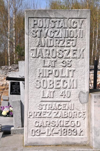 Gowarczów, tablicą pamiątkową umiejscowioną po lewej stronie pomnika, poświęconą straconym powstańcom. Fot. KW.
