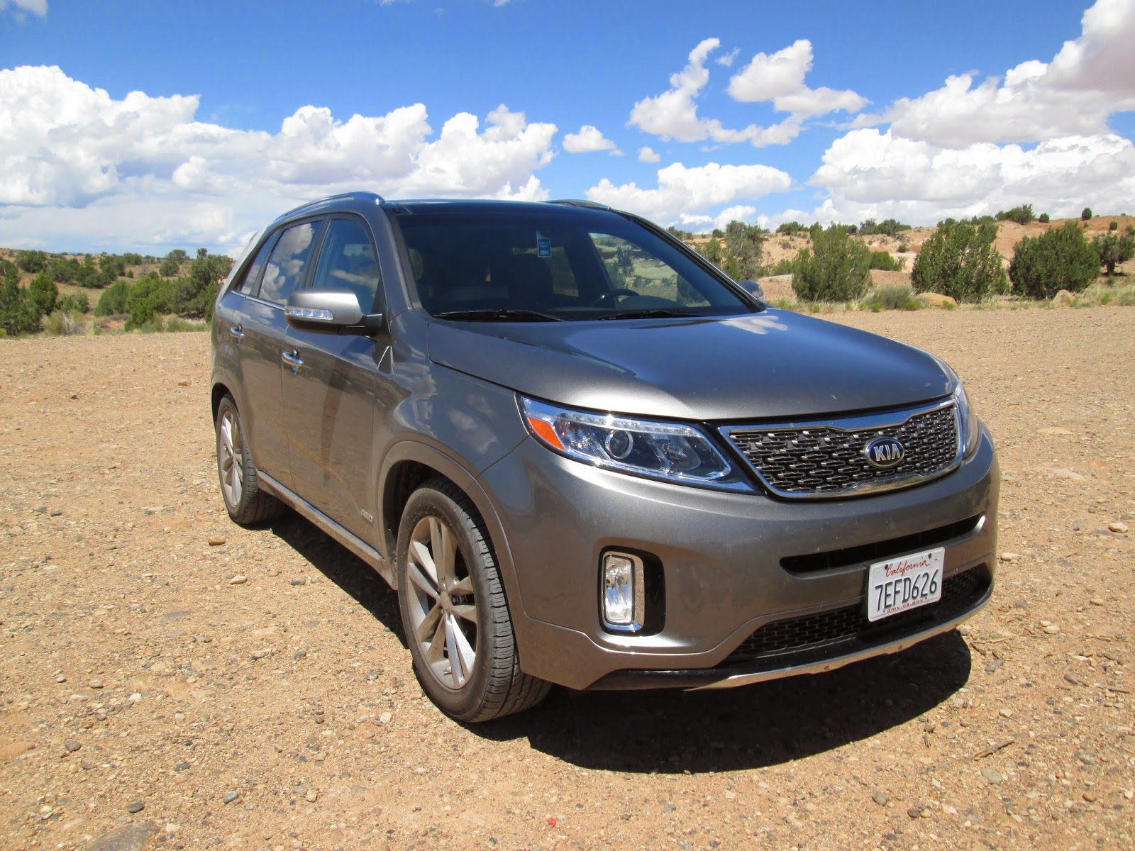 Front 3/4 view of 2015 Kia Sorento SXL