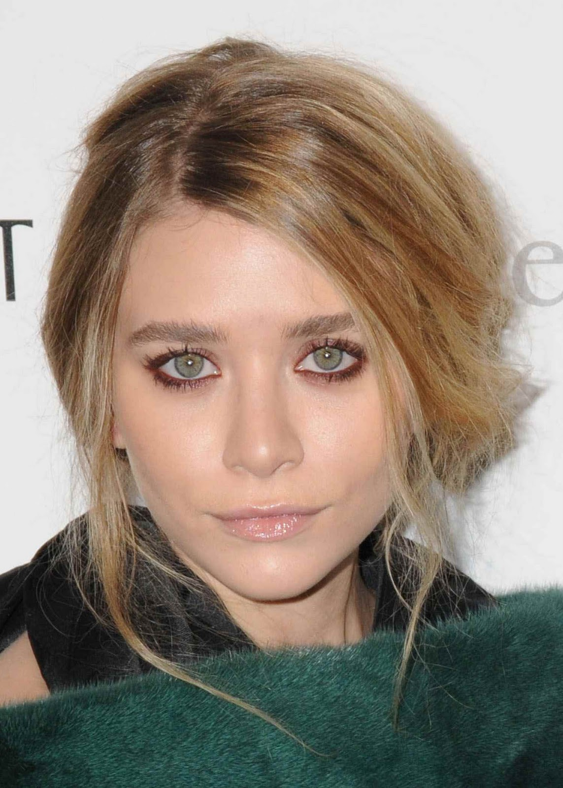 http://3.bp.blogspot.com/-h_5LckYNAsg/TZXO1EcRFRI/AAAAAAAAALQ/IVO7T1tJ52U/s1600/ashley+olsen+make+up+red+pink+dark.jpg