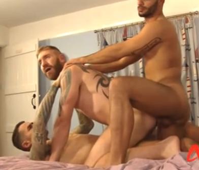 2 barbudos e 1 bigodudo fazem sexo selvagem com dupla penetração