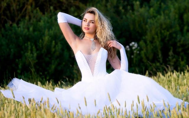 Chica con un Vestido de Novia Blanco en el Campo Mujeres Vestidas de Novias