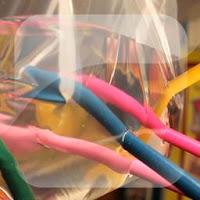 Truco de magia con bolsa de plástico y lápices de color