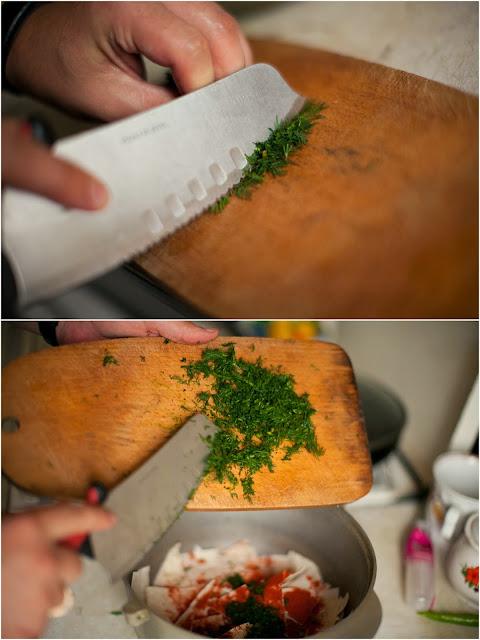 режем и добавляем в чипсы укроп