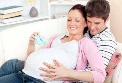 خبيرة علاقات أسرية: بالغ فى تدليل زوجتك فى فترة الحمل - امرأة حامل مع زوجها - pregnant woman - pregnancy