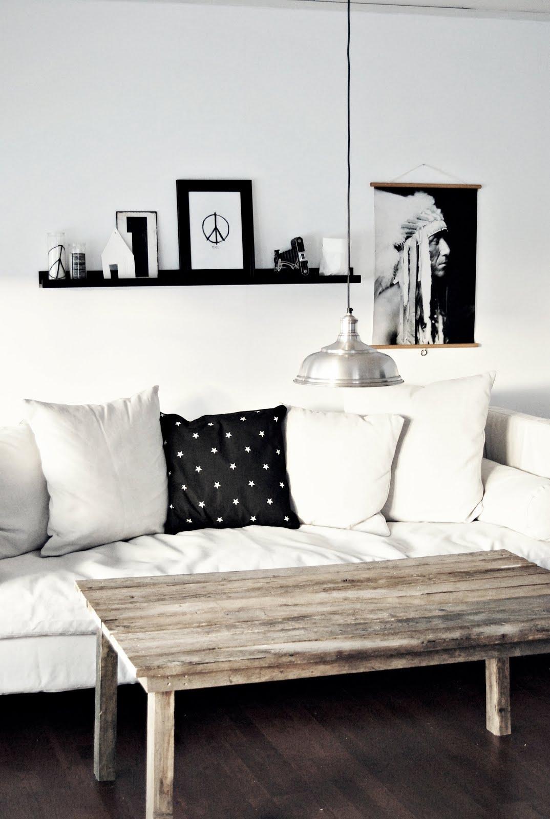 chi langveggene har panelplater mens kortveggen bak sofaen er glatt og ...