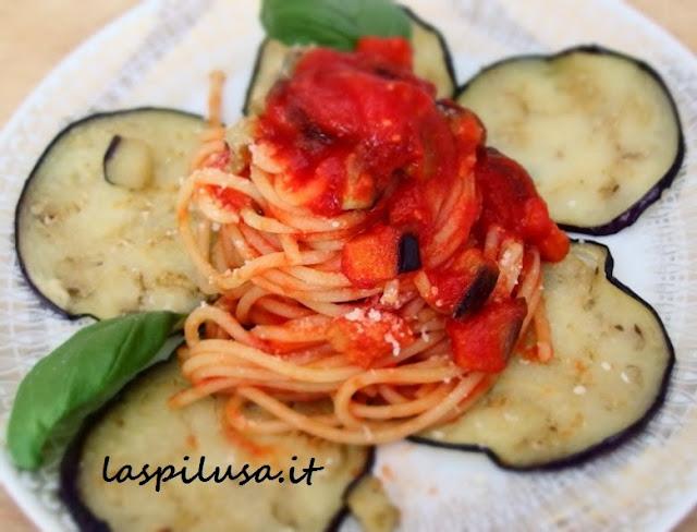 ricetta siciliana della pasta alla norma: melanzane fritte pomodoro fresco e ricotta salata