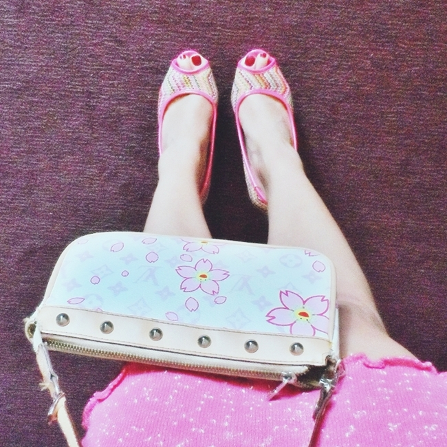 Instagram @lelazivanovic 442.Pink sandals, pink skirt.Louis Vuitton purse with flowers.Luj Viton tasnica.