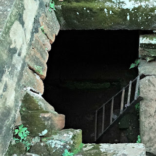 Acesso para a antiga cripta da redução jesuíta de San Cosme y Damián.