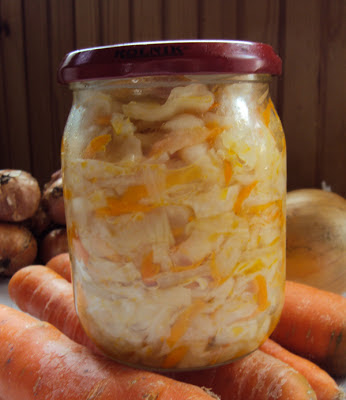 Czosnkowa sałatka z kapusty, marchewki i cebuli do słoików
