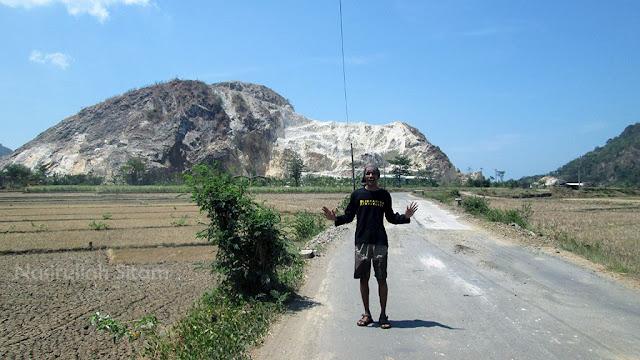 Foto dengan latar belakang Gunung Watu Putih, Jepara