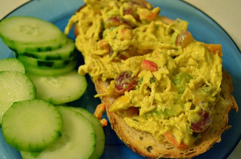 Spicy chicken salad with toasts