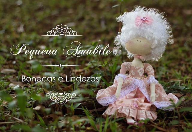 Pequena Amabile e suas lindas bonecas.