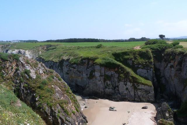 Cala en la Senda costera de Tapia a la Playa de Peñarronda Asturias