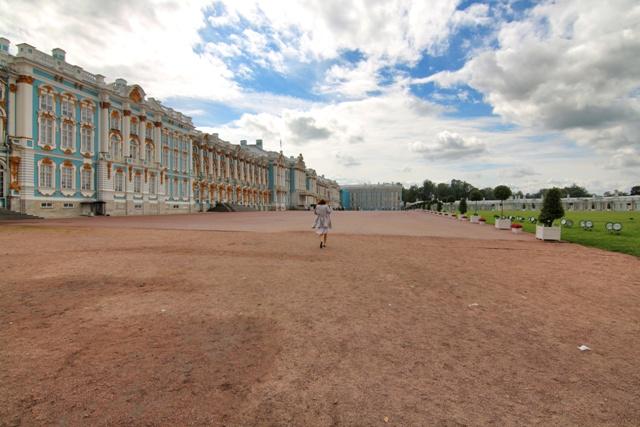 Acceso al Palacio tras cruzar la puerta de entrada