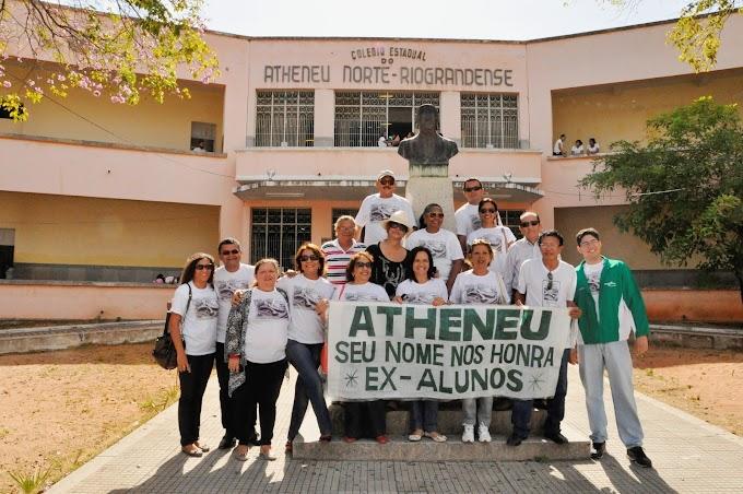 Abraço simbólico ao Atheneu chama a atenção para os problemas do emblemático colégio