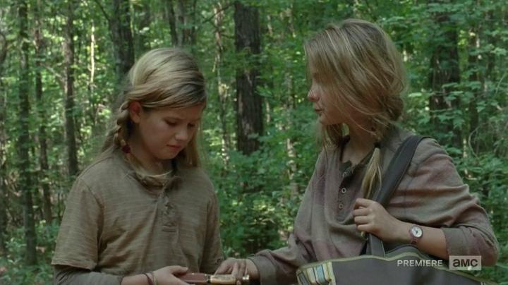 Mica y Lizzie recorren el bosque tras huir de la prisión