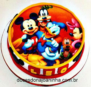 Bolo decorado de pasta americana co papel arroz da turma Disney: Mickey, Minie, Donald, Pateta e Pluto