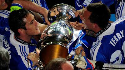 pemain Chelsea berebut membawa Piala