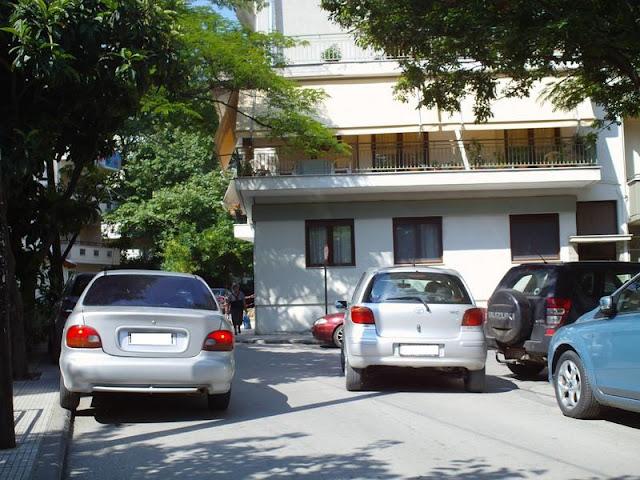Ψάχνοντας θέση στάθμευσης πίσω από τη Νομαρχία, θα βρεις παρκαρισμένα στη μέση του δρόμου