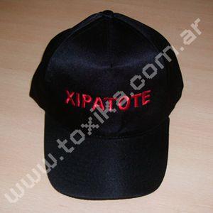 Bordado de logos sobre gorras