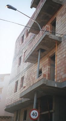 Un poteau pris dans les balcons, chantier de malade !