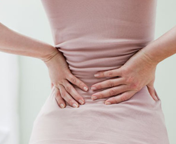 El dolor en la espalda bajo la espátula a la inclinación del cuello