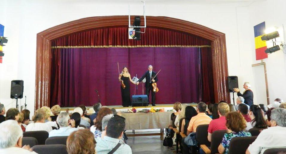 Maestrul Ioan Morar si violonista Alina Tăslăvan, în spectacol la Subcetate: 19 august 2017