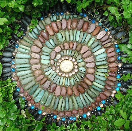 How to make garden stepping stones with shells seaglass for Garden mosaics designs
